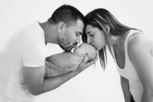 newborn estudio besando bebe
