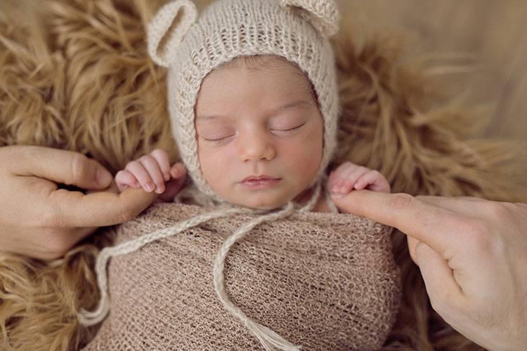 newborn estudio gorrito manos