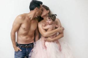 padres beso bebe tutu