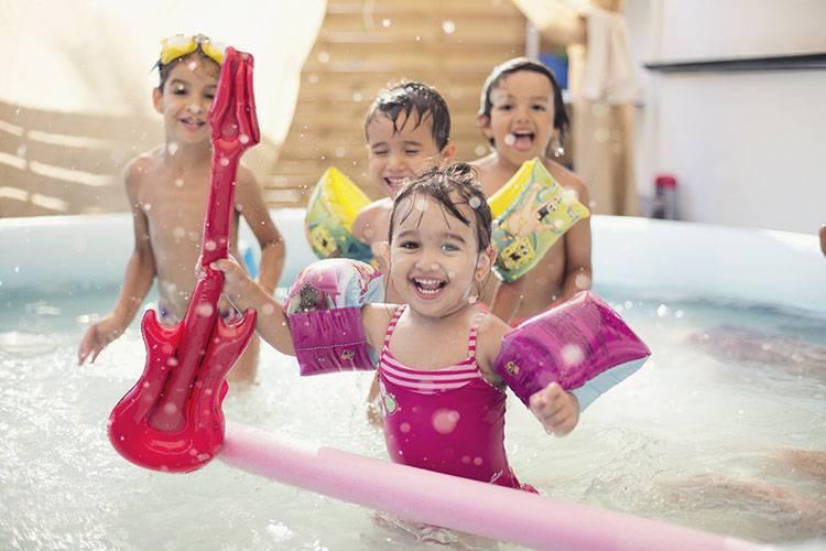 piscina niños guitarra verano ibiza